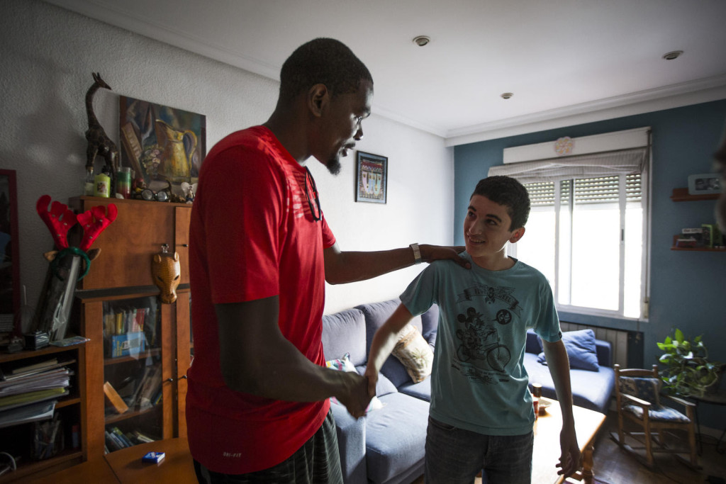 A day to remember for KD fanatic Gustavo Martin Lopez-Lago as his hero surprises him at his family's home and invites him to play some ball.