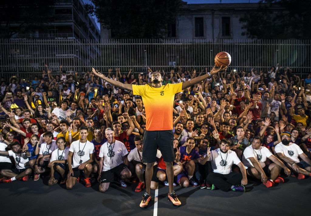 Kevin Durant officially opens the refurbished Lavapies court, a joint initiative between Nike and House of Hoops.