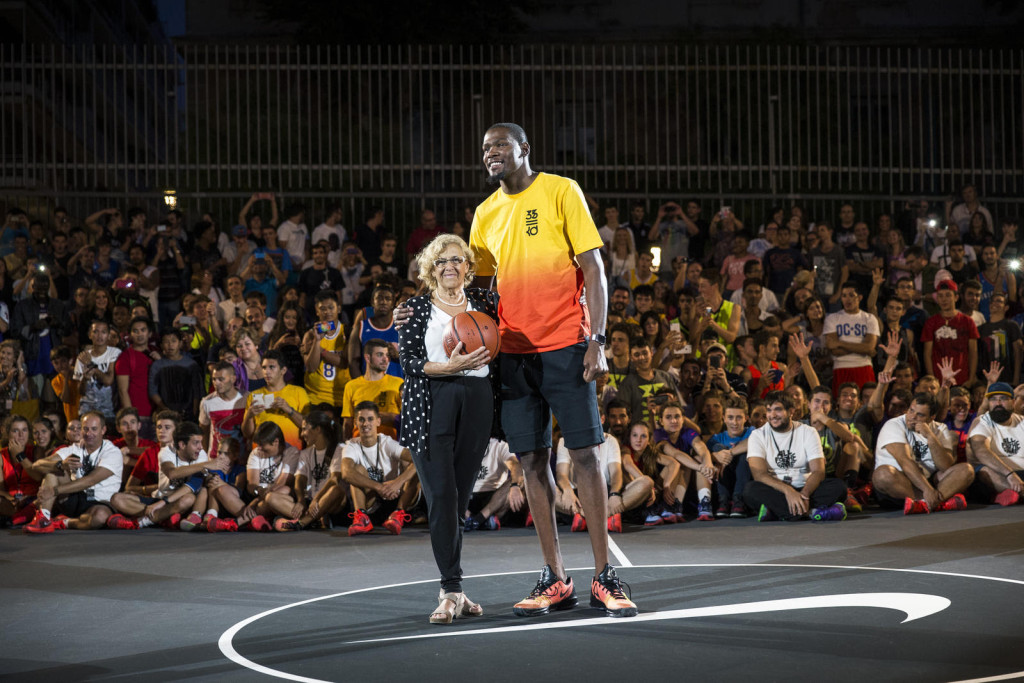 The Mayor of Madrid, Manuela Carmena, joins Durant for the official court dedication.
